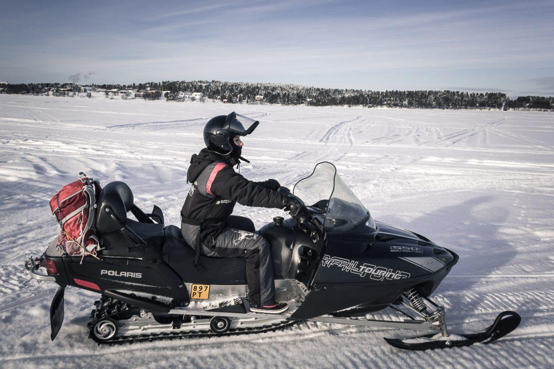 Faire de la motoneige en Laponie finlandaise.