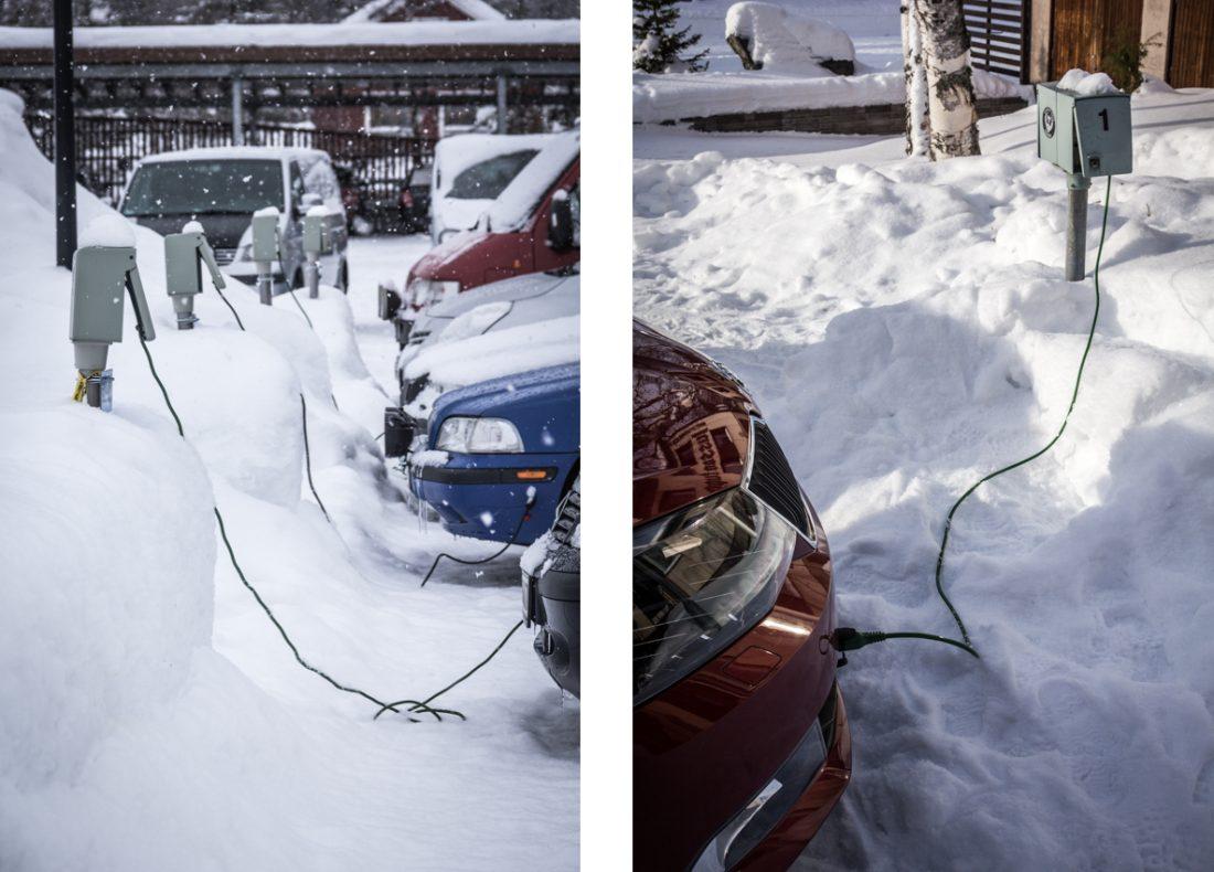Voitures branchés à une prise pour le rechargement de la batterie en Laponie.