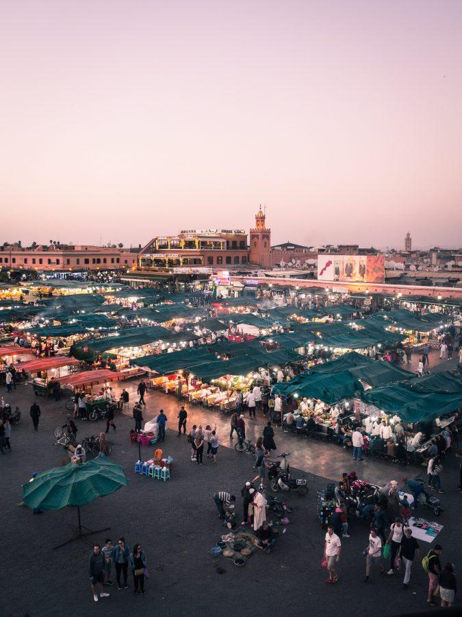 Place Jemaa El-Fna de Marrakech au coucher du soleil.